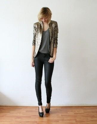 Cómo combinar: zapatos de tacón de cuero negros, vaqueros pitillo negros, camiseta sin manga en gris oscuro, blazer de lentejuelas dorado