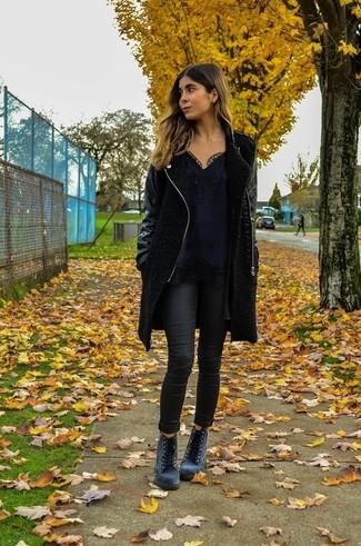 Cómo combinar: botines con cordones de ante grises, vaqueros pitillo negros, camiseta sin manga de encaje negra, abrigo negro