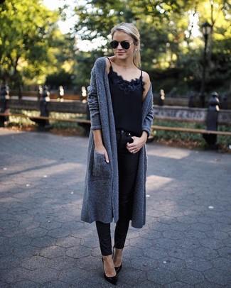 Cómo combinar: zapatos de tacón de cuero negros, vaqueros pitillo negros, camiseta sin manga de encaje negra, cárdigan abierto en gris oscuro