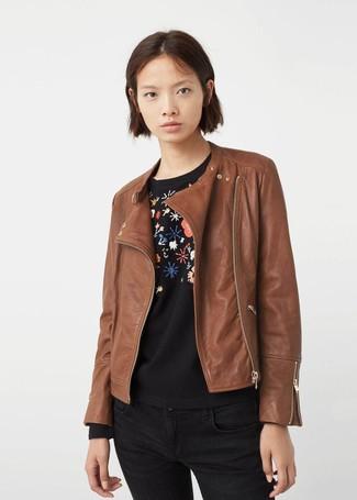 Cómo combinar: vaqueros pitillo negros, jersey con cuello circular con print de flores negro, chaqueta motera de cuero marrón