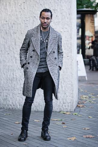 Combinar unos vaqueros pitillo desgastados negros: Intenta ponerse un abrigo largo de espiguilla gris y unos vaqueros pitillo desgastados negros para un look agradable de fin de semana. Con el calzado, sé más clásico y usa un par de botas brogue de cuero negras.