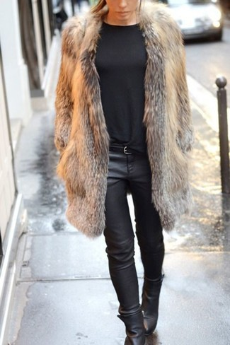 Cómo combinar: botines de cuero negros, vaqueros pitillo de cuero negros, jersey con cuello circular negro, abrigo de piel marrón