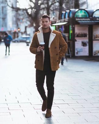 Cómo combinar: botines chelsea de ante marrónes, vaqueros pitillo negros, jersey con cuello circular negro, chaqueta de piel de oveja en tabaco