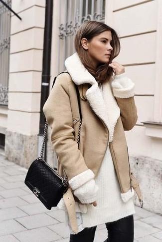 Combinar una chaqueta de piel de oveja en beige: Intenta ponerse una chaqueta de piel de oveja en beige y unos vaqueros pitillo negros para conseguir una apariencia glamurosa y elegante.