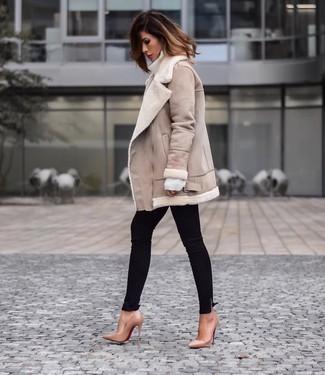 Combinar una chaqueta de piel de oveja en beige: Elige una chaqueta de piel de oveja en beige y unos vaqueros pitillo negros para un look diario sin parecer demasiado arreglada. Este atuendo se complementa perfectamente con zapatos de tacón de cuero marrón claro.