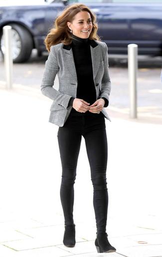 Cómo combinar: botines de ante negros, vaqueros pitillo negros, jersey de cuello alto negro, blazer de tartán gris