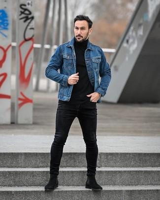 Cómo combinar: botines chelsea de ante negros, vaqueros pitillo negros, jersey de cuello alto negro, chaqueta vaquera azul