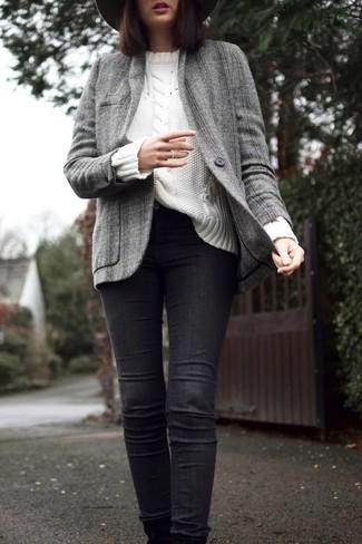 Cómo combinar: sombrero de lana en gris oscuro, vaqueros pitillo negros, jersey de ochos blanco, chaqueta de tweed gris