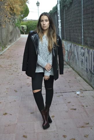 Cómo combinar: botines de cuero burdeos, vaqueros pitillo desgastados negros, jersey de ochos gris, chaqueta motera negra