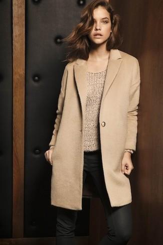 Cómo combinar: vaqueros pitillo negros, jersey oversized marrón claro, abrigo marrón claro