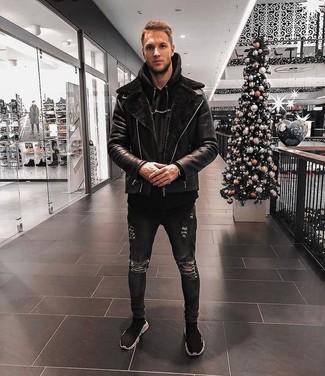 Cómo combinar: zapatillas altas negras, vaqueros pitillo desgastados negros, sudadera con capucha negra, chaqueta de piel de oveja negra