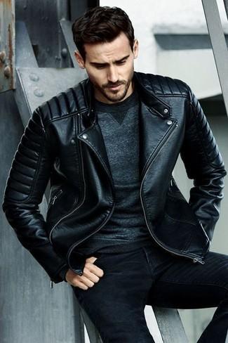 Cómo combinar: vaqueros pitillo negros, sudadera en gris oscuro, chaqueta motera de cuero acolchada negra