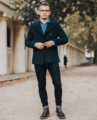 Cómo combinar: botas brogue de cuero negras, vaqueros pitillo azul marino, polo de manga larga en verde azulado, chaquetón azul marino