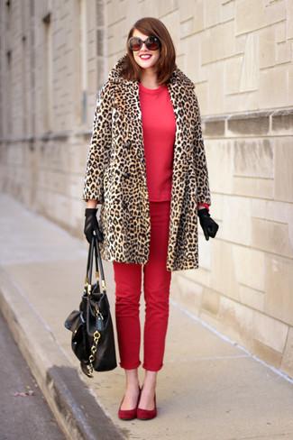 Cómo combinar: bailarinas de ante rojas, vaqueros pitillo rojos, sudadera roja, abrigo de piel de leopardo marrón claro