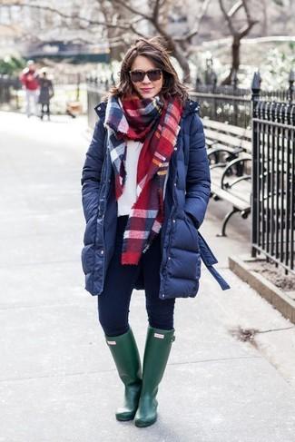 Cómo combinar: botas de lluvia verde oscuro, vaqueros pitillo azul marino, sudadera blanca, abrigo de plumón azul marino