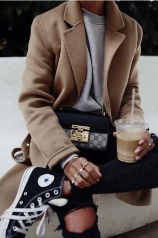 Cómo combinar: zapatillas altas de lona negras, vaqueros pitillo desgastados negros, sudadera gris, abrigo marrón claro
