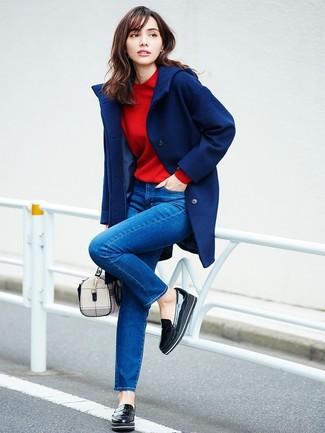 Cómo combinar: mocasín con plataforma de cuero negro, vaqueros pitillo azules, sudadera roja, abrigo azul marino