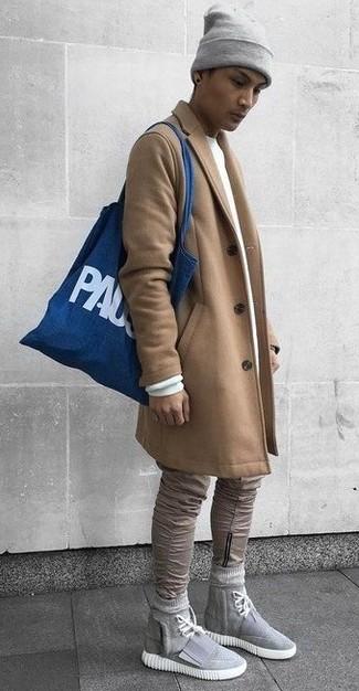 Cómo combinar: zapatillas altas de lona grises, vaqueros pitillo marrón claro, sudadera blanca, abrigo largo marrón claro