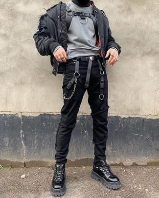 Cómo combinar: botas de trabajo de cuero negras, vaqueros pitillo desgastados negros, sudadera gris, cazadora de aviador negra
