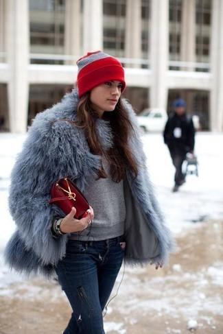 Cómo combinar: bolso bandolera de cuero rojo, vaqueros pitillo desgastados azul marino, sudadera gris, chaqueta de piel gris
