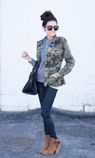Cómo combinar: botines de ante marrónes, vaqueros pitillo negros, sudadera estampada gris, chaqueta militar de camuflaje verde oliva