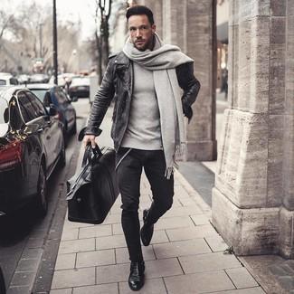 Cómo combinar: botines chelsea de cuero negros, vaqueros pitillo negros, sudadera gris, chaqueta motera de cuero en gris oscuro