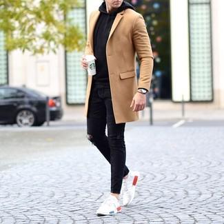 Cómo combinar: deportivas blancas, vaqueros pitillo desgastados negros, sudadera con capucha negra, abrigo largo marrón claro