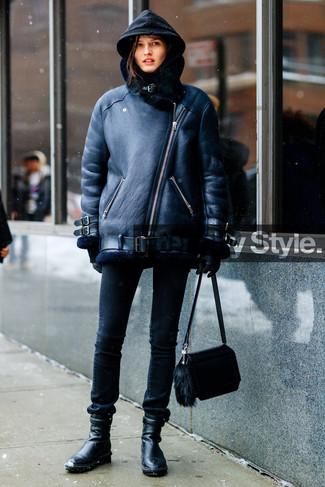 Cómo combinar: botines de cuero negros, vaqueros pitillo negros, sudadera con capucha negra, chaqueta de piel de oveja negra