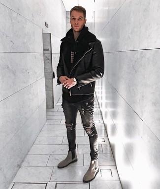 Cómo combinar: botines chelsea de ante grises, vaqueros pitillo desgastados en gris oscuro, sudadera con capucha de rayas horizontales en negro y blanco, chaqueta de piel de oveja negra