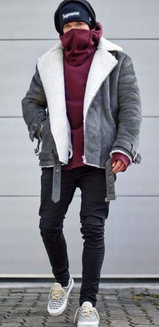 Cómo combinar: tenis de lona grises, vaqueros pitillo negros, sudadera con capucha burdeos, chaqueta de piel de oveja gris