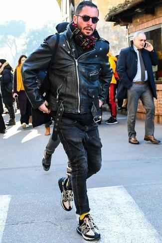 Cómo combinar: deportivas en negro y blanco, vaqueros pitillo negros, sudadera con capucha negra, chaqueta motera de cuero negra