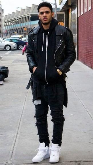 Cómo combinar: zapatillas altas blancas, vaqueros pitillo desgastados negros, sudadera con capucha negra, chaqueta motera de cuero negra