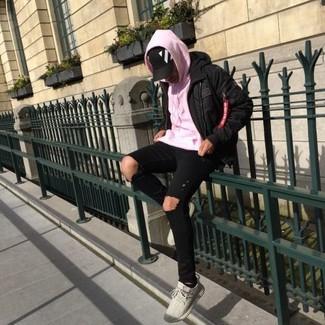Cómo combinar: tenis en beige, vaqueros pitillo desgastados negros, sudadera con capucha rosada, plumífero negro