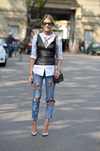 Cómo combinar: zapatos de tacón de cuero plateados, vaqueros pitillo desgastados azules, top con sobrefalda de cuero negro, camisa de vestir blanca