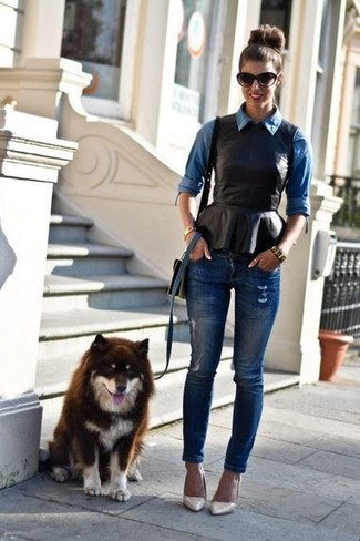 Cómo combinar: zapatos de tacón de cuero en beige, vaqueros pitillo desgastados azul marino, top con sobrefalda de cuero negro, camisa vaquera azul