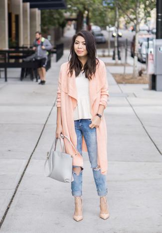 Cómo combinar: zapatos de tacón de cuero en beige, vaqueros pitillo desgastados azules, top con sobrefalda blanco, cárdigan largo rosado