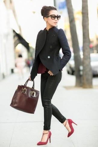 Cómo combinar: zapatos de tacón de ante burdeos, vaqueros pitillo negros, top con sobrefalda burdeos, chaqueta motera de lana negra