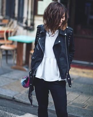 Cómo combinar: bolso bandolera de cuero negro, vaqueros pitillo negros, top con sobrefalda blanco, chaqueta motera de cuero con tachuelas negra