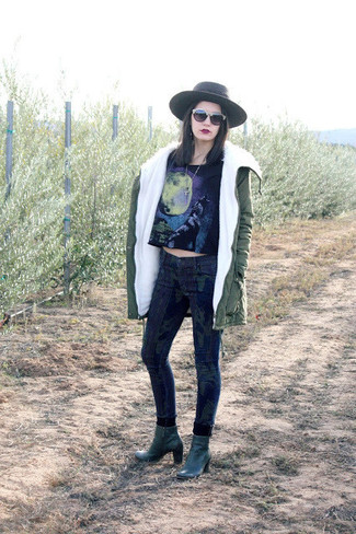 Cómo combinar: botines de cuero verde oscuro, vaqueros pitillo de camuflaje azul marino, top corto estampado negro, parka verde oliva