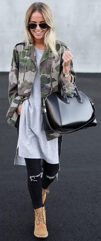 Cómo combinar: botas planas con cordones de ante marrón claro, vaqueros pitillo negros, túnica gris, chaqueta militar de camuflaje verde oliva