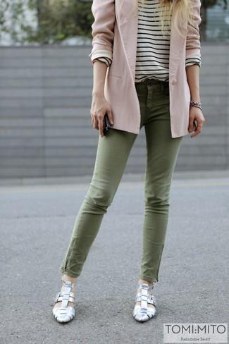 Cómo combinar: zapatos de tacón plateados, vaqueros pitillo verde oliva, camiseta de manga larga de rayas horizontales en blanco y negro, blazer rosado