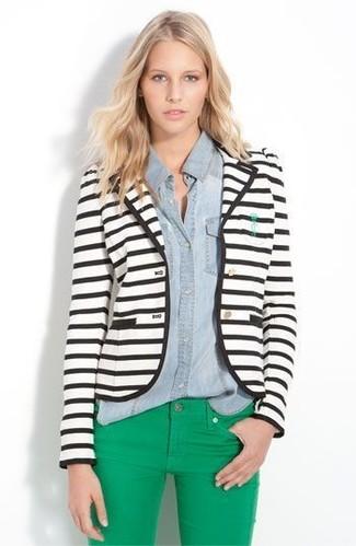 Cómo combinar: vaqueros pitillo verdes, camisa vaquera celeste, blazer de rayas horizontales en blanco y negro