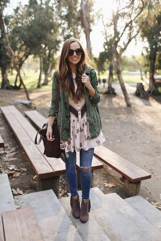 Cómo combinar: botines de ante en marrón oscuro, vaqueros pitillo desgastados azules, vestido camisa de gasa con print de flores en beige, anorak verde oscuro