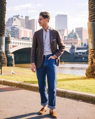 Combinar un blazer de lana marrón: Empareja un blazer de lana marrón con unos vaqueros azules para crear un estilo informal elegante. ¿Te sientes valiente? Elige un par de mocasín de ante marrón claro.