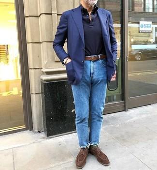 Cómo combinar: zapatos derby de ante marrónes, vaqueros azules, polo de manga larga azul marino, blazer azul marino