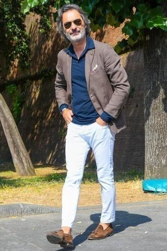 Combinar un pañuelo de bolsillo blanco: Emparejar un blazer marrón con un pañuelo de bolsillo blanco es una opción incomparable para el fin de semana. Con el calzado, sé más clásico y opta por un par de mocasín con borlas de ante marrón.