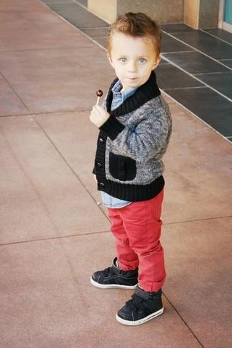 Cómo combinar: zapatillas negras, vaqueros rojos, camisa de manga larga vaquera celeste, cárdigan gris