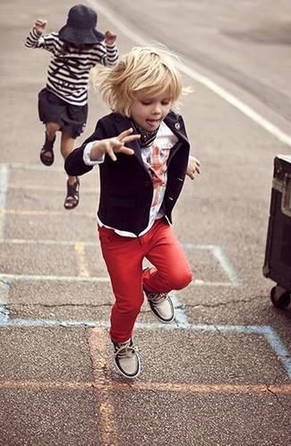 Cómo combinar: zapatillas blancas, vaqueros rojos, camiseta blanca, blazer negro