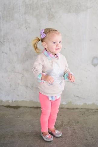 Cómo combinar: bailarinas plateadas, vaqueros rosa, camisa de vestir a cuadros rosada, jersey en beige