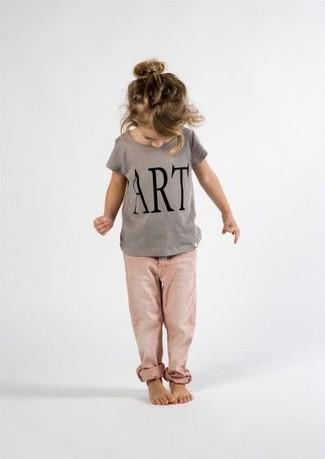 Cómo combinar: vaqueros rosados, camiseta estampada gris
